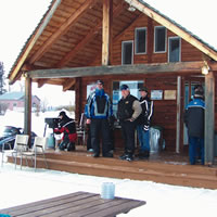 Photo people standing in front of lodge