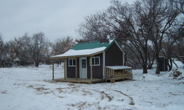 The Round Hill Ranch shelter is nestled in the Thickwood Hills. A neighbouring scenic lookout offers breathtaking views from the peak of Round Hill. Riders can find this shelter just northeast of North Battleford.