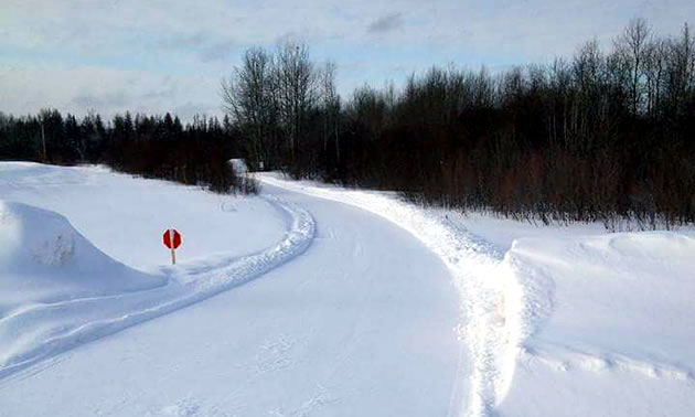 A smooth, freshly groomed snowmobile trail near Powerview-Pine Falls.